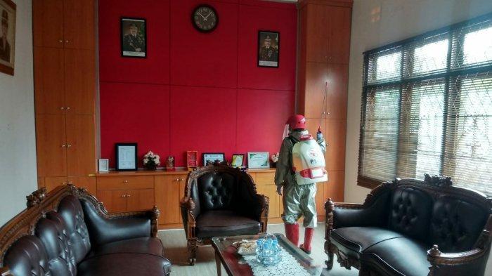 Proses penyemprotan disinfektan di ruang kerja Kepala Kejaksaan Negeri Bangka Barat guna mencegah Covid-19, Sabtu (22/05/2021).
