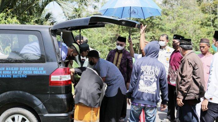 Setir Mobil Jenazah, Gubernur Erzaldi Antar Almarhum Mang Jay ke Peristirahatan Terakhir