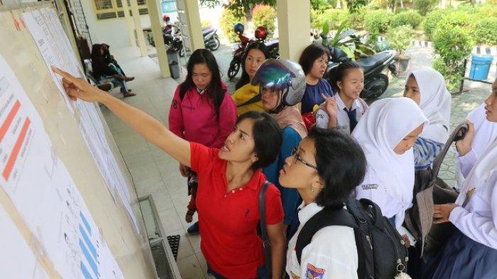 Ilustrasi PPDB- Orang tua dan murid melihat hasil pengumuman Penerimaan Peserta Didik Baru (PPDB) 2018 yang ditempelkan di papan pengumuman di SMKN 1, Kota Pangkalpinang, Rabu (11/7/2018