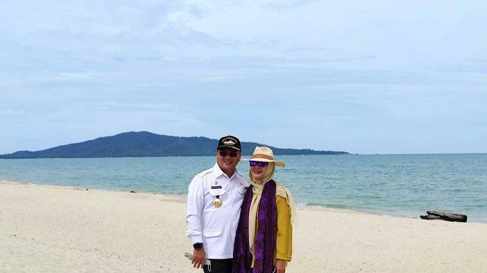 Gubernur Bangka Belitung Erzaldi Rosman Djohan bersama istri berselfie ria di Pantai Tuing.