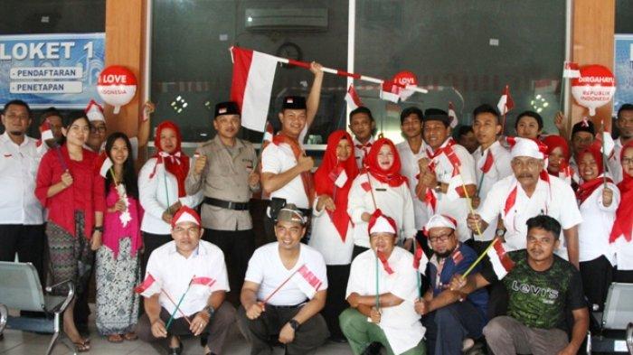 Layani Masyarakat Petugas Samsat Kenakan Baju ala Pahlawan