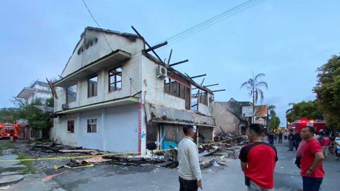 Cegah Timbulnya Kobaran Api, Damkar Lakukan Pendinginan, Jalan Lorong 3 Pasar Muntok Ditutup
