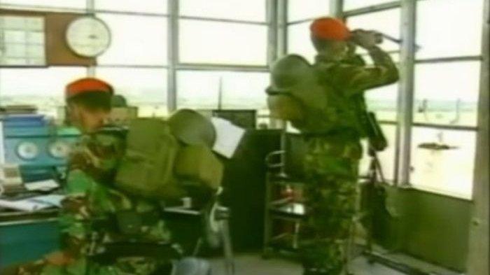 Personel Paskhas tatkala mengamankan bandara.