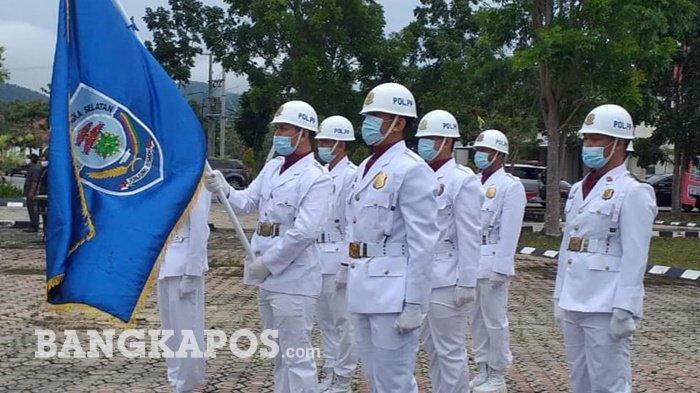 Pasukan pengibar bendera menjalankan tugasnya pada pringatan Hari Jadi ke-18 Kabupaten Bangka Selatan pada Rabu, (27/1/2021)