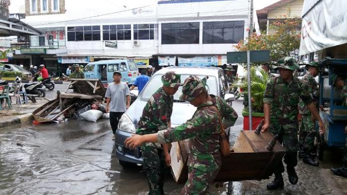 Pasukan Raider Kodam II Sriwijaya Turun Tangan Bantu Korban Banjir Pangkalpinang