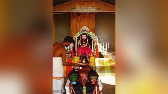 Warga India Sembah Dewi Korona, Patung Dimandikan dengan Air Kunyit dan Susu