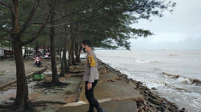 Kapolsek Bukitintan Cek Kondisi Pantai Pasir Padi, Jalan Rusak Dihantam Air Laut Saat Pasang - pbi1.jpg