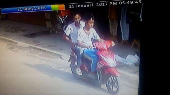 Dua Pelajar Terekam CCTV Sikat Uang Rp 300 Juta di Dalam Mobil