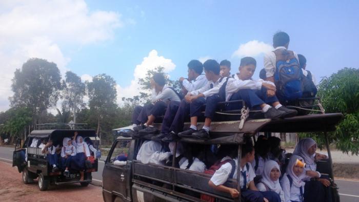 Puluhan Pelajar SMP Bertarung Nyawa Saat Pergi dan Pulang Sekolah