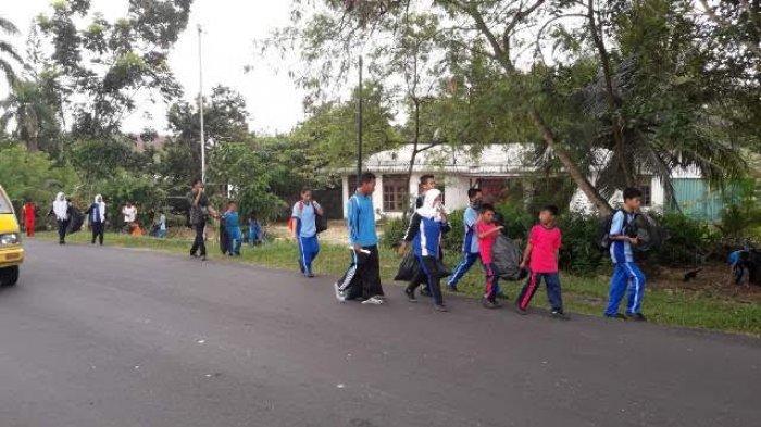 Pelajar di Bangka Diajak Memungut Sampah di Pinggir Jalan