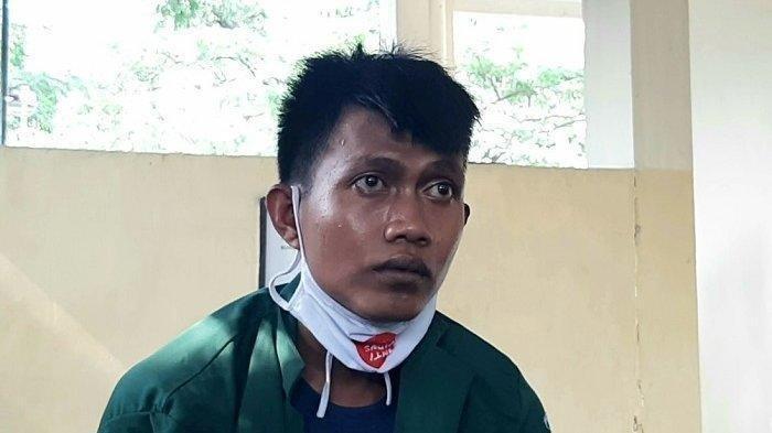Pelaku pencurian mengenakan almamater hijau telah diamankan polisi karena berusaha mencuri dompet demonstran mahasiswa, di Pos Polisi Gambir, Jakarta Pusat, Rabu (28/10/2020).
