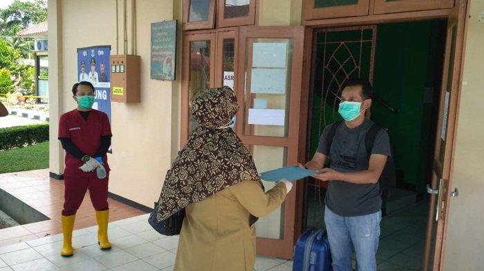Pelepasan pasien EPH setelah sembuh dari covid-19, di gedung karantina LPMP Provinsi Kepulauan Bangka Belitung, Selasa (26/5/2020)