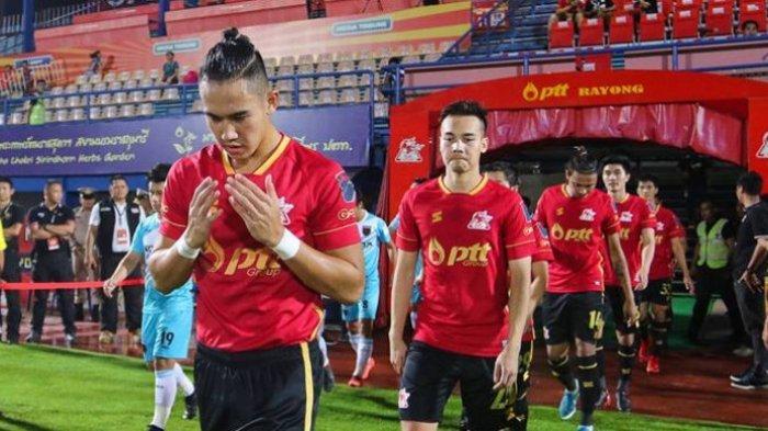 Pemain asal Indonesia yang membela PTT Rayong, Ryuji Utomo (depan) jelang laga timnya kontra Thai Honda pada lanjutan Liga Thailand 2 2018 di Stadion PTT, 31 Maret 2018.