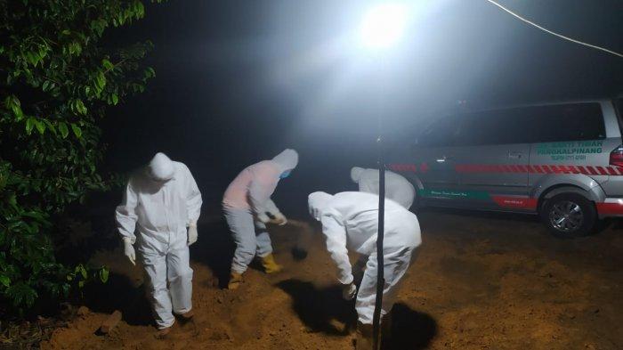 Anggota DPRD Provinsi Bangka Belitung terkonfirmasi positif Covid-19 Muhammad Yunus, (49) meninggal dunia Jumat (16/10/2020) malam, dan langsung dimakamkan pada Sabtu (17/10/2020) dini hari pukul 02.58 WIB di TPU Balunijuk Merawang.