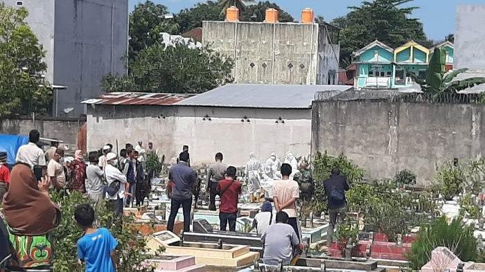 Pemakaman Pasien Dalam Pengawasan (PDP) yang meninggal dunia di Pemakaman Umum Bukit Lama Kota Pangkalpinang, Rabu (15/4/2020) yang dihadiri banyak orang