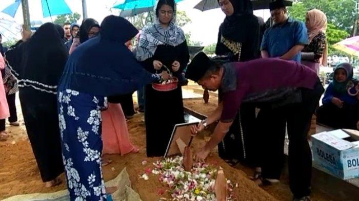 Pemakaman Kyara Diiringi Hujan, Ansori Berharap Putri dan Menantunya Bisa Ditemukan