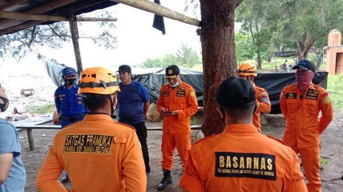 Tim SAR Gabungan terus cari  Santo (38) pemancing yang hilang di Perairan Pantai Rabo Sungailiat Bangka, saat mengejar kapal yang hanyut. Minggu (6/12/2020)