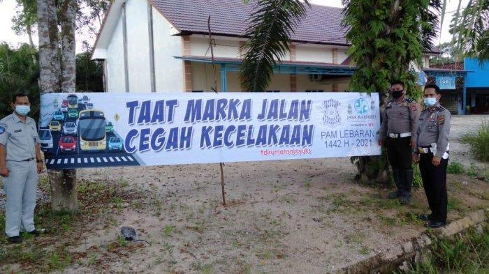 Jelang Lebaran Jasa Raharja Babel Bersama Kepolisian Pasang Spanduk Imbauan Cegah Laka Lantas