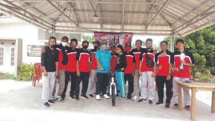 Pemerintah Desa Kerantai Gelar Jalan Sehat Bersama Masyarakat - pembagian-pemenang-hadiah-utama-sepeda.jpg