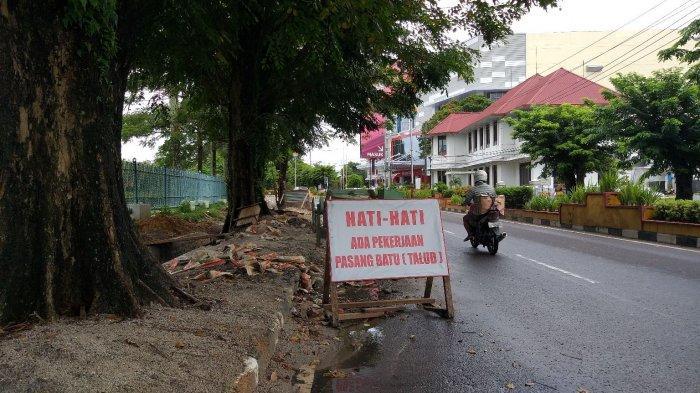 Pembangunan Selokan Depan Kantor PT Timah TakKunjung Selesai, Menyisakan Pasir di Pinggir Jalan