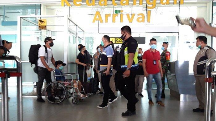 Anggota Polres Pangkalpinang, berhasil membawa pelaku, di Bandara Depati Amir, Kota Pangkalpinang, Sabtu (21/11/2020)