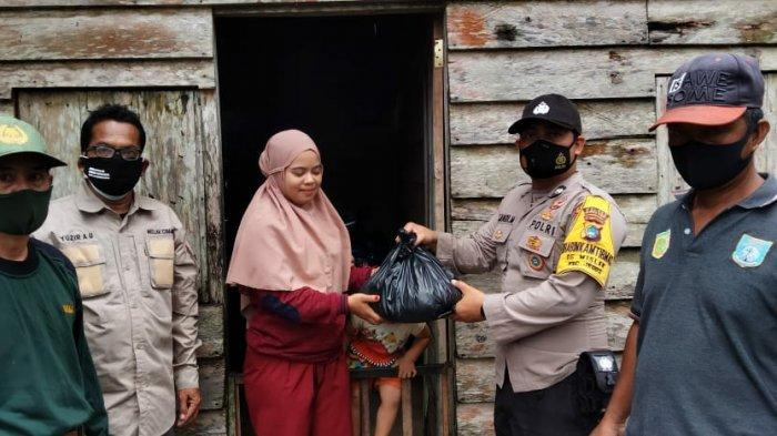 Pemerintah desa Mislak Kecamatan Jebus gerak cepat berikan bantuan kepada warga terdampak banjir.