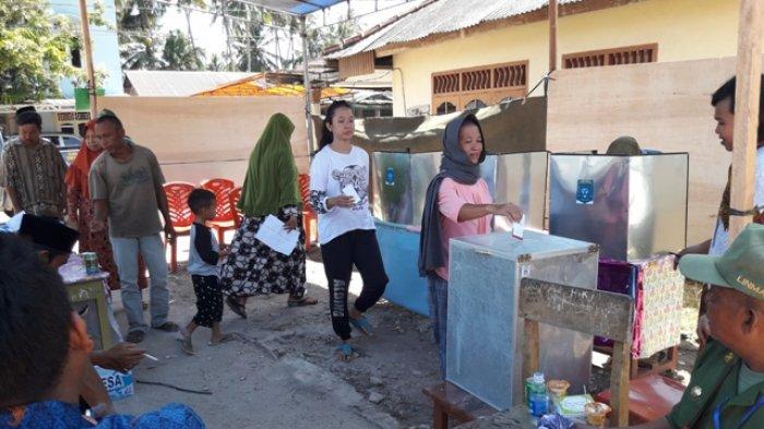 Warga Antusias Mencoblos Kepala Desa di TPS 2 Desa Penyak