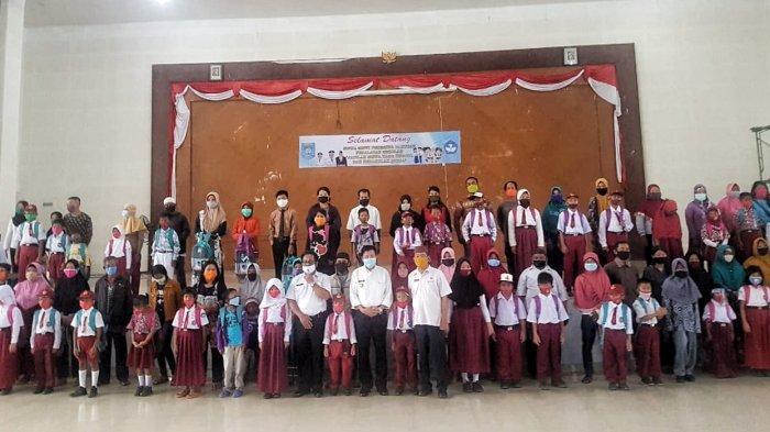 Disdik Bangka Tengah Bagikan Alat Sekolah ke Siswa Kurang Mampu