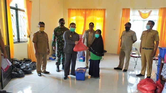 Pjs Bupati Sahirman saat menyerahkan bantuan bagi korban puting beliung di Kelurahan Tanjung.