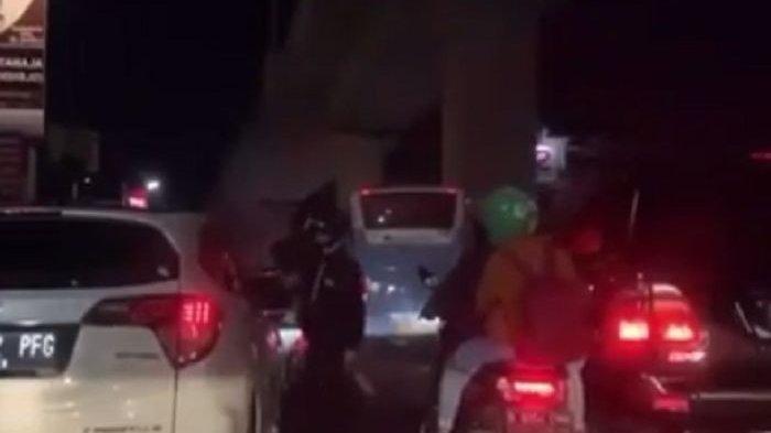Video Viral Sopir Buang Sampah dari Jendela Mobil Dimarahi Pemotor hingga Berantem di Tengah Jalan