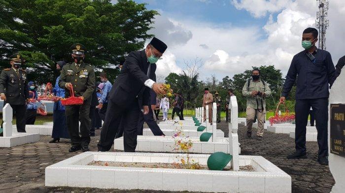 Prosesi Upacara Tabur Bunga Peringatan Hari Pahlawan ke-75 tahun 2020 di Taman Makam Pahlawan Pawitralaya, Pangkalan baru, Bangka Tengah