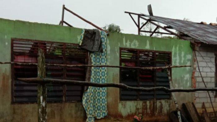 Angin Puting Beliung Rusak Enam Rumah Warga di Desa Irat, Pemilik Rumah Terpaksa Mengungsi