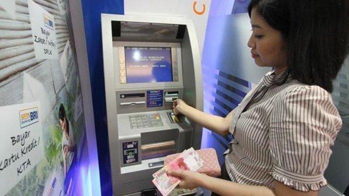 Ilustrasi penarikan uang di ATM