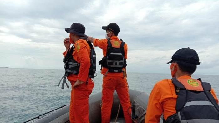 Tim SAR Gabungan, lakukan penyisiran guna mencati nelayan cumi yang terjatu di perairan Tanjung Sangkar, Toboali, Bangka Selatan. Senin (12/10/2020)