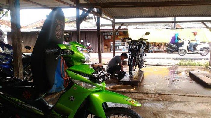 Musim Hujan Berkah Bagi Usaha Pencucian Motor di Toboali
