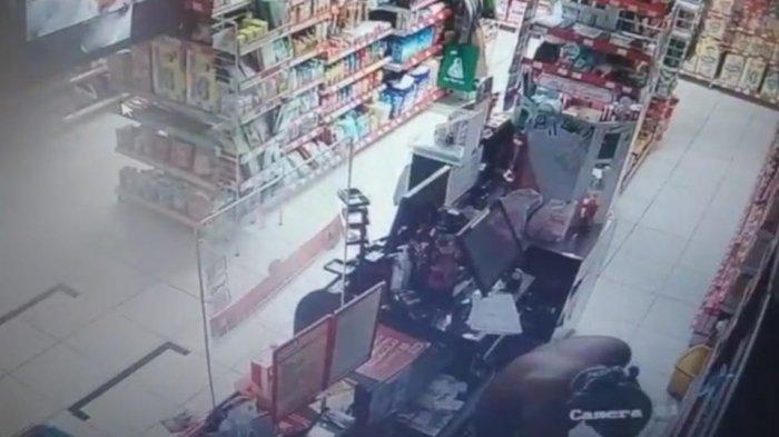 Pencuri Tanpa Busana Terekam CCTV, Jebol Tembok Mini Market, Bawa Kabur Alat Kecantikan dan Rokok