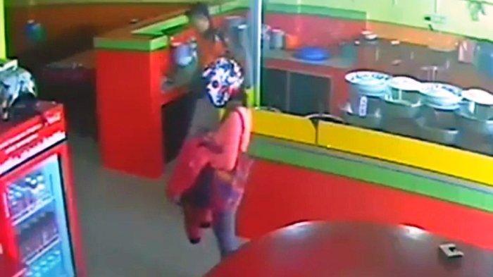 Dikira Mencuri Uang di Kasir, Barang yang Diambil Wanita Ini Malah Bikin Netizen Geram