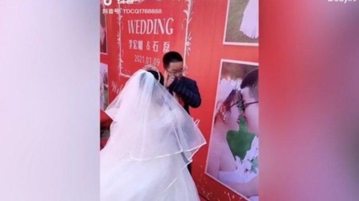 Pengantin Pria Menyeka Air Mata Minta Maaf ke Istri, Tak Ada yang Hadiri Undangan Pernikahan Mereka