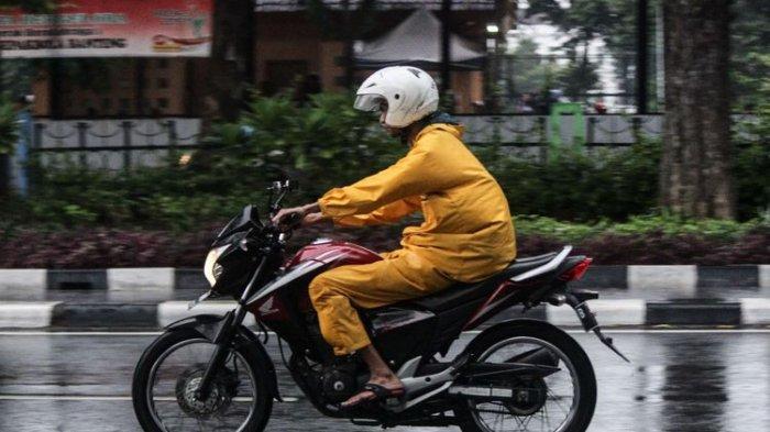 Ingat, Jangan Langsung Melipat Jas Hujan yang Basah