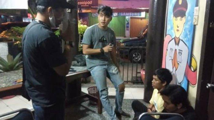 Dua pelaku pengeroyokan diamanakan oleh Unit II Reskrim Polsek Bukit Intan, di Kantor Polsek Bukit Intan, Sabtu (19/9/2020) malam.