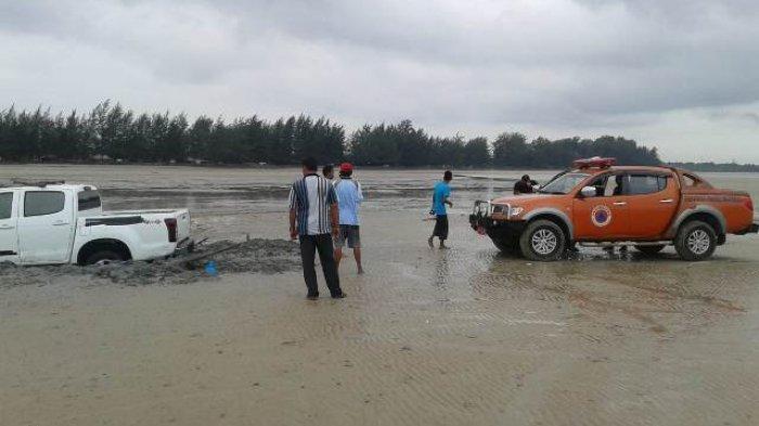 Mobil Plat Merah yang Tenggelam di Pantai Pasir Padi Berhasil Digerek