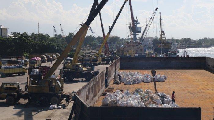 Ilustrasi Aktifitas mengisi muatan pasir zirkon dari truk ke dalam kapal tongkang yang ada di kawasan Pelabuhan Pangkalbalam.