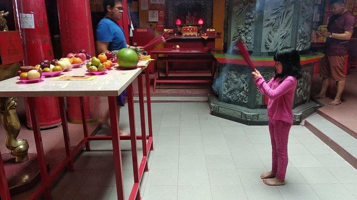 Warga Tionghoa Silih Berganti Ibadah di Kelenteng Kwan Tie Miau Pangkalpinang