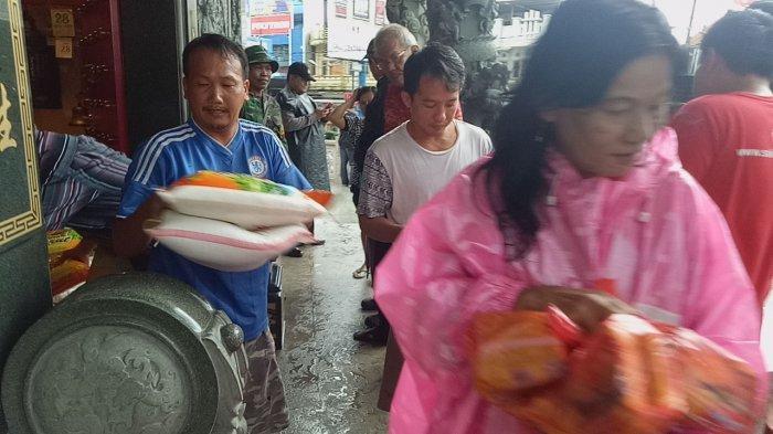 Kelenteng Fuk Tet Che Semabung Pangkalpinang Bagi-bagi 800 Sembako untuk Masyarakat Kurang Mampu