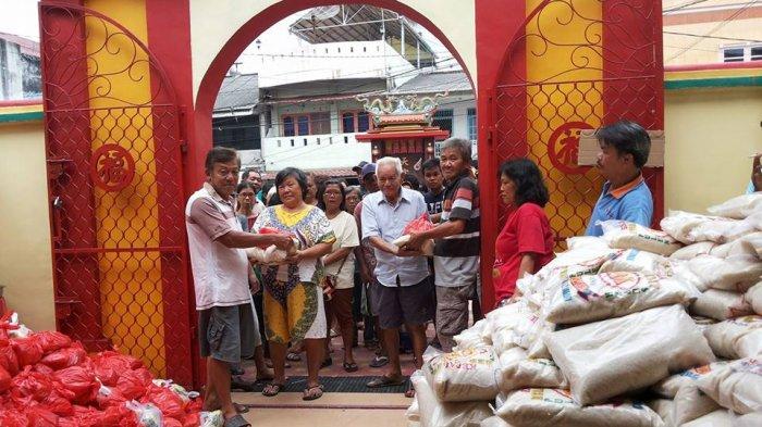 Pengurus Kelenteng Kwan Tie Miaw Bagikan 1.000 Paket Sembako