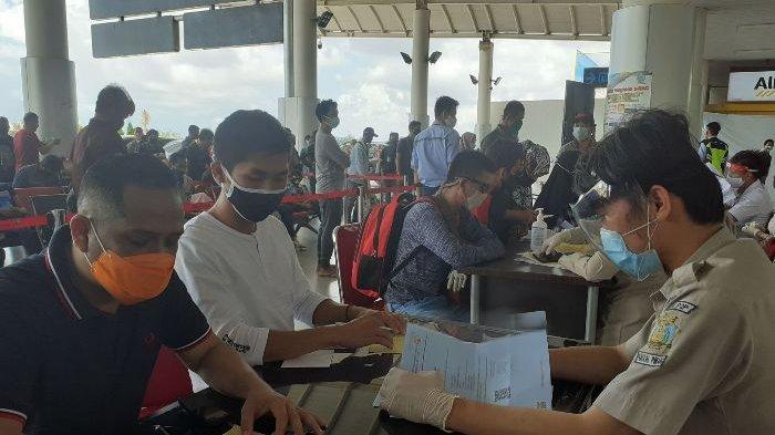 Suasana aktivitas di Bandara Depati Amir Pangkalpinang yang sudah mulai ramai penumpang