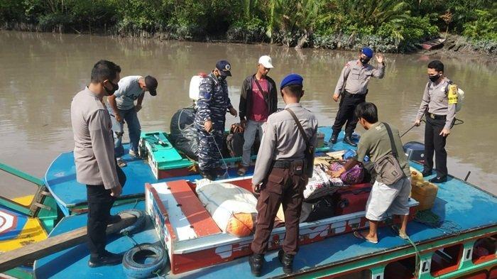 Tim Gabungan Semprotkan Disinfektan ke Penumpang Kapal di Pelabuhan Sungai Selan