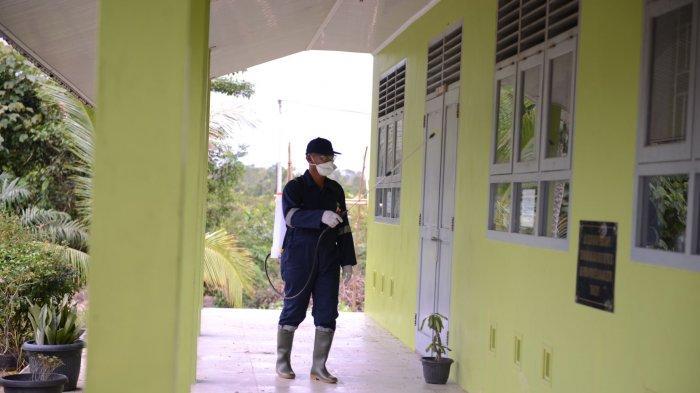 Tim Volunteer PT Timah Cegah Covid-19, Lakukan Penyemprotan Disinfektan pada Fasilitas Umum.