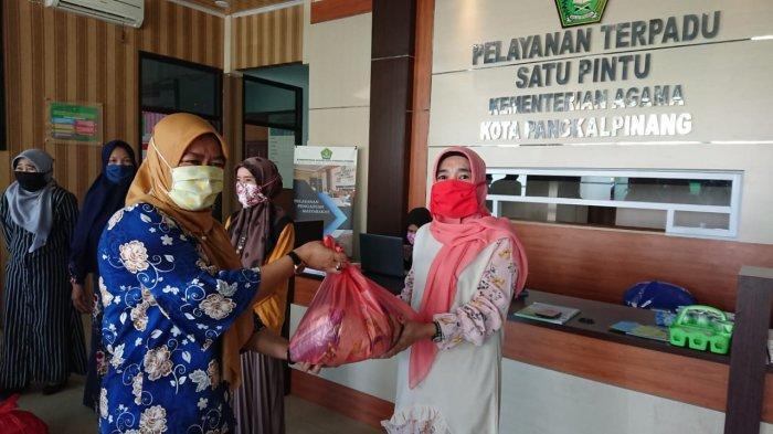 113 Honorer RA dan Madrasah di Lingkungan Kemenag Pangkalpinang Terima Bantuan Sembako
