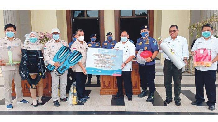 Bentuk Kepedulian, Bank Sumsel Babel Cabang Koba Serahkan CSR APD ke Pemkab Bangka Tengah